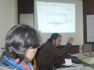 Huicha, vehemente, explica el proceso, que yo ya conocía, a los interesados asistentes al TALLER REVISTAS, CCE 2009